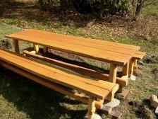 Masivní akátová lavice k chatě